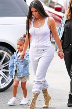 Kim Kardashian wearing Champion Powerblend Retro Fleece Jogger Pant, Yeezy Lace Up Booties Kim Kardashian Hair, Kardashian Style, Kardashian Fashion, Yeezy Laces, Kim And Kylie, Sweats Outfit, Chloe Grace Moretz, Fleece Joggers, Lace Up Booties