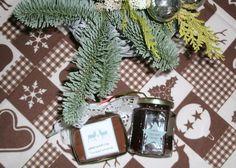 Trinkschokolade und weihnachtliches Traubengelee