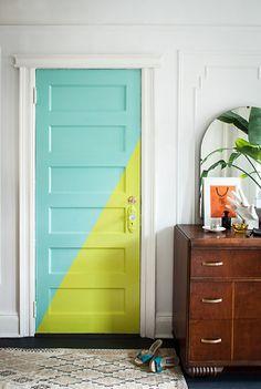 Puerta de interior decorada en dos tonos: verde lima y azul turquesa