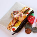 tutorial by noodlehead aka @Anna Totten Graham for the zippy wallet.  how adorable is that?  must make one (or 7).   This link has some super awesome tutorials!