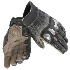 Guante Dainese X-Strike, ideal para uso de moto en ciudad o carretera. -Fabricado en piel vacuna y cordura elástica -Protecciones rígidas en nudillos y dedos -Protecciones blandas en parte superior y lateral -Ajuste en muñeca antidescabalgamiento mediante velcro -Elásticos en dedos para mayor comodidad. -Refuerzos dobles en palma -Proteción rígida en meñique, que minimiza el riesgo de rotura ante una caida -Homologados según la certificación CE - Cat. II - Pr-EN 13594/2 1 lev. 1