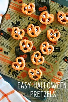 Easy Halloween candied pretzels - a fun treat to make! Halloween Pretzels, Halloween Wishes, Halloween Party Snacks, Halloween Candy, Easy Halloween, Halloween Movies, Halloween 2020, Halloween Stuff, White Chocolate Covered Pretzels