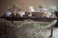 Decoração da mesa do batizado da minha afilhada Melissa, todo feito com imagens do Espirito Santo, potes de vidro e flores mosquitinho.