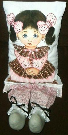Cojín con muñeca pintada