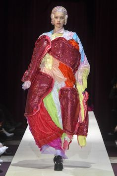 The complete Comme des Garçons Fall 2018 Ready-to-Wear fashion show now on Vogue Runway. Fashion Week Paris, Fashion Week 2018, Autumn Fashion 2018, Weird Fashion, Fashion Art, Runway Fashion, High Fashion, Fashion Trends, Conceptual Fashion