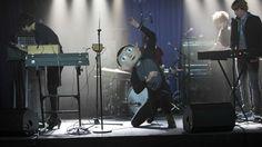 Ya en #DVD y #VoD www.peliculasdecineonline.com FRANK es una original comedia sobre un joven aspirante a músico que se siente perdido al unirse a un grupo pop vanguardista liderado por el misterioso y enigmático Frank: un genio de la música que se esconde bajo una enorme cabeza postiza. #Pelicula #VOD #Comedia #Drama #MichaelFassbender #MaggieGyllenhaal