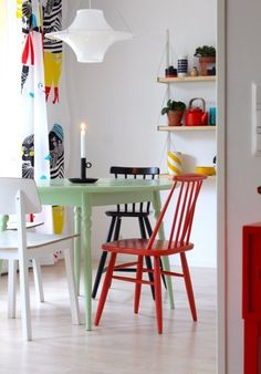 Colorful kitchen with wooden chairs Mismatched Dining Chairs, Boho Kitchen, Kitchen Colors, Minimalist Home, Furniture Makeover, Colorful Interiors, Decoration, Sweet Home, House Design