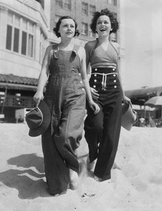 Love the high-waisted sailor pants! Photo from the Shutterstock Everett Collection high waisted sailor pants at the beach photo print ad models girls overalls Foto Fashion, 1930s Fashion, Fashion History, Vintage Fashion, Beach Fashion, Fashion Women, Beachwear Fashion, Fashion Top, School Fashion