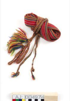 Njuolggovuoddagat skoband för män Mönster Gällivare/Jukkasjärvi . Hand woven shoe bands Saami pattern for males from Gällivare/Jukkasjärvi area.