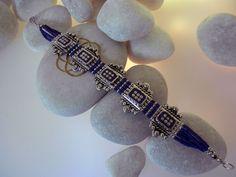 Pulsera etnica artesanal tibetana procedente de Nepal. Elaborada en aleacion de plata y lapis lazuli. Mide 19 cm. de larga y 2,3 cm. de ancha. Precio: 49 Euros