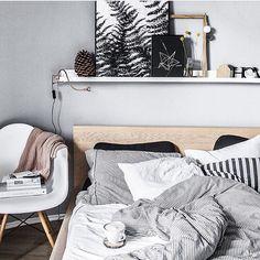 Super inspiratie voor het stylen van je slaapkamer! De leuke plank boven het bed kun je continue veranderen. Door @apaltynowicz #ilovemyinterior