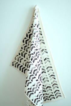 DIY tee towel with fabric paint Sewing, Fabric, Blog, Crafts, Diy, Painting, Towel, Tejido, Dressmaking