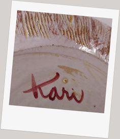 Kari Nyquist (1918 - 2011) Vi kjente fra før først og fremst hennes arbeider som designer for Stavangerflint 1955 -1979 Pottery Marks, Henna, Scandinavian, Retro, Home Decor, Art, Art Background, Decoration Home, Room Decor