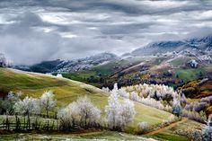 Raureif bedeckt die Bäume um das DorfPestera in Rumänien und verzaubert die Hügel in eine verträumte Märchenlandschaft.