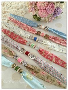 Spool art Regalos de Reyes y más, cute idea, no pattern, site in Spanish Fabric Bracelets, Fabric Necklace, Diy Necklace, Beaded Bracelets, Textile Jewelry, Fabric Jewelry, Beaded Jewelry, Handmade Jewelry, Handmade Necklaces