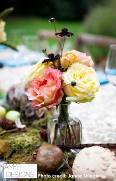 Garden roses and chocolate cosmos are a perfect accent to a table runner. So lovely! Location Nestledown @everyelegantdet @janaeshields #gardeninspired