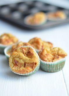 Een lekker recept voor pannenkoeken uit de oven zijn pannenkoekmuffins gemaakt in een muffinvorm.
