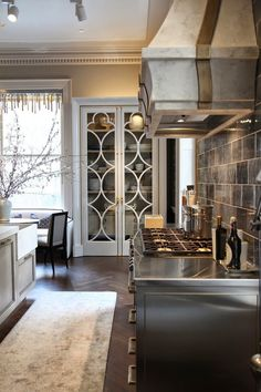 Gorgeous 110 Beautiful Glam Kitchen Design Ideas to Apply https://cooarchitecture.com/2017/04/15/beautiful-glam-kitchen-design-ideas-apply/