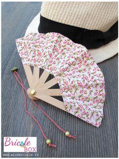 """Bonjour :-) Aujourd'hui c'est avec le projet n°1 de la Bricole Box """"C'est l'été"""" que je vous accueille. Un projet simple et original: un éventail de poche réalisé avec des bâtonnets en bois, à avoir toujours dans son sac en cas de grosse chaleur! Et comme..."""