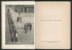"""""""Antreten zum Postempfang"""" / """"Konzentrationslager Oranienburg"""". Frontispiz mit Fotografie und Titelseite. Aus: """"Konzentrationslager Oranienburg"""" (""""Konzentrationslager Oranienburg / Von SA-Sturmbannführer Schäfer, Standarte 208, Lagerkommandant / Das Anti-Braunbuch über das erste deutsche Konzentrationslager""""). Buch– und Tiefdruck Gesellschaft m. b. H. Berlin, 1934. Berlin, Sammlung Archiv für Kunst und Geschichte."""