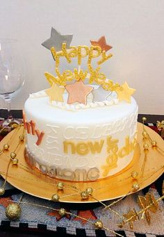 Here's an easy New Year's Eve cake that has bling and lots of fun for the grown-ups and little ones, not too intricate, but great for a fancy night. Cupcakes, Cupcake Cakes, New Years Eve Dessert, New Year's Desserts, New Year's Cake, New Year's Eve Celebrations, Wilton Cake Decorating, Silvester Party, Biscuits