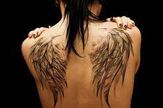 nch eine frau mit einer tollen engelsflügel tattoo hier sind zwei große engelsflügel mit langen schwarzen federn