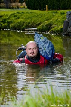 Golf Ball Crafts Professional Golf Ball Divers - hire this guy today! - Check out some really weird yet professional ways of making a living. Golf Ball Crafts, Mens Gear, Hole In One, Putt Putt, School Life, Play Golf, Funny Cartoons, Golf Tips, Cool Photos