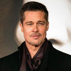 Famous actor Brad Pitt uses a workout and diet plan that keeps him in shape. Read here to learn his diet, fitness, and exercise must dos. Perfect Image, Perfect Photo, Brad Pitt Workout, Love Photos, Cool Pictures, Roundhouse Kick, Bicycle Crunches, Giving Up Smoking, Bulk Up