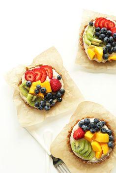 Lemon Cookie No Bake Tarts!! 2-ingredient crust, creamy dairy-free filling that tastes like a lemon cookie! #vegan #glutenfree