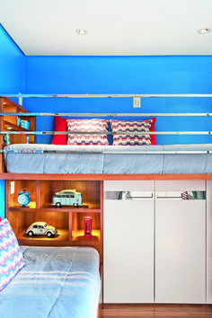 O guarda-corpo de aço inox deu um ar moderno ao quarto dos irmãos Bruno, 7 anos, e Eduardo, 5. O azul intenso também traz originalidade ao ambiente. Projeto do arquiteto Marcelo Rosset