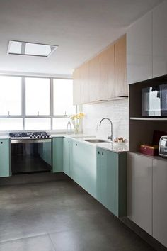 Decoração de apartamento integrado. Na cozinha, tons neutros, flores e luz natural. #decoracao #decor #details #casadevalentina