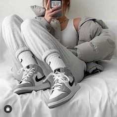 Retro Outfits, Trendy Outfits, Cute Outfits, Outfits With Jordans, Games Outfits, Trendy Womens Sneakers, Jordan Outfits Womens, Looks Adidas, Moda Sneakers
