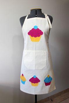 Avental+em+tecido+de+algodão+cru+com+aplicação+de+4+cup+cakes.+Caseado+à+mão.+Alça+regulável.
