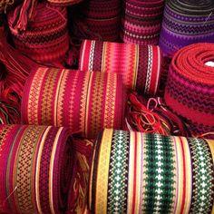 Nytt belte til Beltestakken? No har vi stort utval - flotte fargar! Inkle Weaving, Card Weaving, Tablet Weaving, Swedish Traditions, Mary I, Quilt Stitching, Folk Costume, Band, Fiber Art