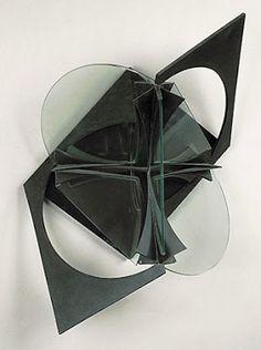 Vladimir Tatlin hizo una fusión de diseños y sus construcciones, llegando a ser un diseñador poderoso, en donde sus productos llegaron a formar un nuevo orden estético.