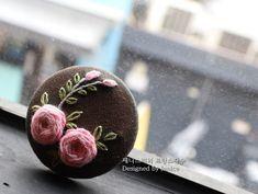"""""""수강생분들....제발 제것좀 따라해서 작품좀 만들어 봅시다~""""라고 목 터져라 말씀을 드려도...역시나 스티... Embroidery Flowers Pattern, Silk Ribbon Embroidery, Hand Embroidery Designs, Floral Embroidery, Cross Stitch Embroidery, Embroidered Roses, Crochet Decoration, Sewing Leather, Jewelry Crafts"""