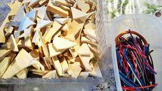 """Mercoledì eravamo a """"Casa Vignuzzi"""" per il laboratorio di manualità e costruzione creativa """"Bestiario Immaginario"""". Un' accurata selezione di bottoni, legnetti, fil di rame, stoffe, filo e lana, colori,  cannucce, dadi, bulloni, chiodi, lampadine e molto altro ancora. Lo scarto come risorsa preziosa per inventare  e creare, con materiali umili, animali fantastici (in tutti i sensi).  #ravenna #casavignuzzi #fatabutega #bambini #laboratori #manualitàecostruzionecreativa"""