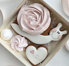 765 Likes, 22 Comments - Gingerbread shop ( on . Fancy Cookies, Iced Cookies, Cute Cookies, Royal Icing Cookies, Cookies Et Biscuits, Sugar Cookies, Cupcakes, Cupcake Cookies, Cookies Decorados