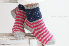 Sain taannoin pyynnön tehdä poikatytölle villasukat ja koska tiedän että bellankin mielestä amerikanlippujutskat on kivoja, päätin teh...