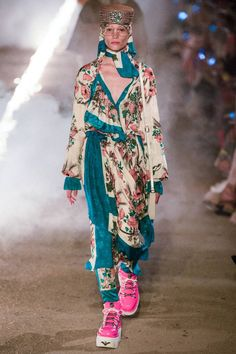Gucci Resort 2019 Fashion Show Collection: See the complete Gucci Resort 2019 collection. Look 34 ♦๏~✿✿✿~☼๏♥๏花✨✿写❁~⊱✿ღ~❥椿⁕SU Sep ~♥⛩☮️ Gucci Fashion, Fashion Week, Fashion Brand, Runway Fashion, High Fashion, Fashion Looks, Womens Fashion, Fashion Design, Style Feminin