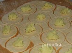 Babkine pirohy so zemiakovo - mätovou plnkou (fotorecept) - obrázok 2 Muffin, Pudding, Breakfast, Desserts, Food, Basket, Morning Coffee, Tailgate Desserts, Deserts