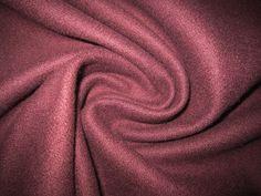 Средней плотности пальтовое сукно Piacenza, легкое и пластичное, шерсть/кашемир. Насыщенный, глубокий, темный сливово-баклажановый цвет (не знаю, как точнее его описать). Темнее, чем на фотографии Октябрь 1550