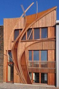 Sculpturale gevel van 24H architecture in Leiden. CorTenstaal en houtengevel van FSC-gecertifieerd Louro Gamela en Jatoba hout.