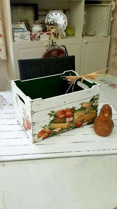 lovely decoupage box for veggies Más Pallet Crates, Old Crates, Wooden Crates, Wooden Boxes, Napkin Decoupage, Decoupage Box, Decoupage Vintage, Recycled Furniture, Painted Furniture
