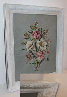 Gammelt broderi billede, oprindeligt i guldramme. Malet over med Annie Sloan Chalk maling i Paris Grey, og malet over med tør brush i Pure hvid, vokset.