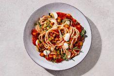 Kijk wat een lekker recept ik heb gevonden op Allerhande! Volkorenlinguine met tomatensaus en mozzarella Italian Recipes, Vegan Recipes, Meatless Monday, Tasty Dishes, Sweet Recipes, Good Food, Veggies, Dinner, Salads