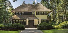 Exclusieve bosrijke villatuin - statige villa met taxus snoei vormen. Architect Marcel de Ruiter.