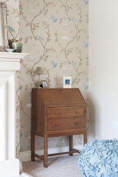 Antique, vintage writing bureau-- maybe the bureau doesn't need painted but just given a 'facial' instead? Vintage Interiors, Vintage Antiques, Writing Bureau, Decorating Ideas, Decor Ideas, Work Spaces, Parlour, Desks, Chalk Paint