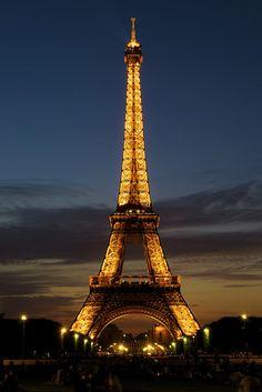 parisbeautiful:  La Tour Eiffel nei colori del crepuscolo by Fabio Tode  on Flickr.