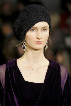 Ralph Lauren - Detalles - roupa roxo-vinho, brinco violeta, gorro preto..